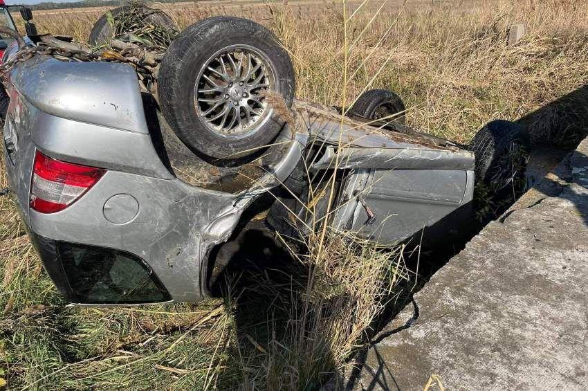 Meghalt a sofőr, aki letért az útról és a népszerű horgászvízbe hajtott