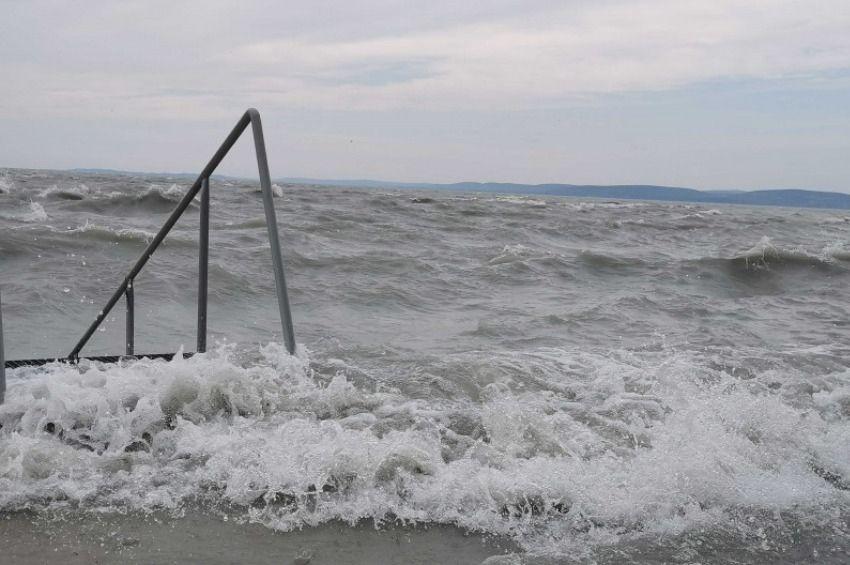 Megbillentette a Balaton vizét a viharos szél