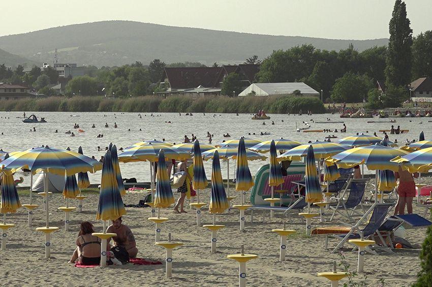 Újranyithatnak a vízminőség miatt bezárt velencei-tavi strandok