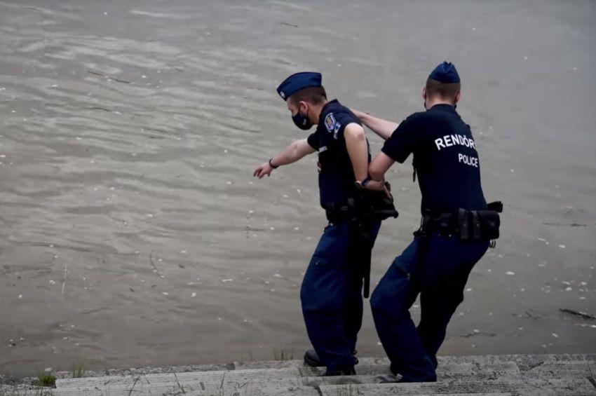 Egymásba kapaszkodott rendőrök mentettek ki egy nőt a Dunából